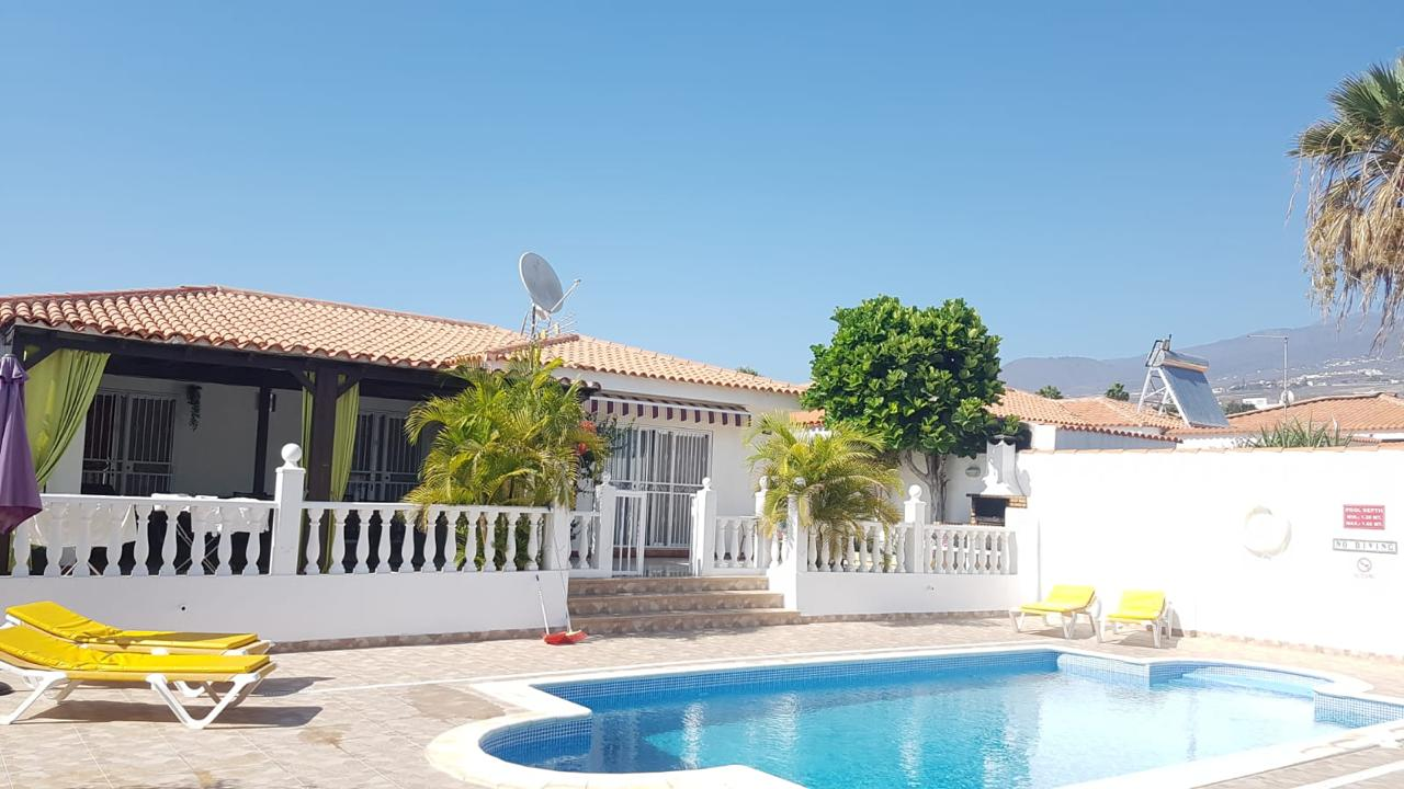 Sueño Azul, Callao Salvaje. Villa with four bedrooms and four bathrooms on a 500m2 plot with 159m2 of construction. Living room, equipped kitchen, terrace and private garden with a private heated pool, barbecue area. Partially renovated and fully furnished. Located 5 minutes from the beach.